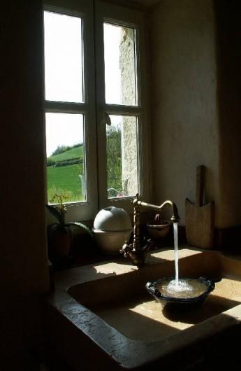 Location de vacances - Gîte à Lectoure - L'évier en pierre dans la cuisine