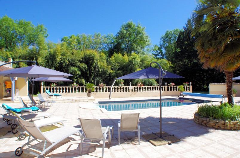 Location de vacances - Gîte à Faycelles - Le farniente autour de la piscine