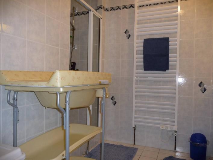 Location de vacances - Gîte à Mons-Boubert - Salle d'eau avec 2 lavabos au rez-de-chaussée