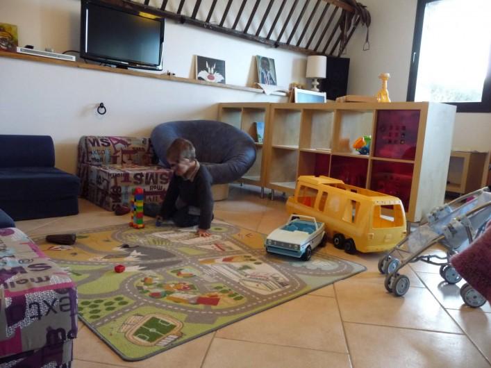 Location de vacances - Gîte à Mons-Boubert - La salle de jeux avec télé
