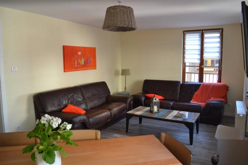 Location de vacances - Gîte à Ribeauville - Coin Salon avec télé écran plat sur le mur