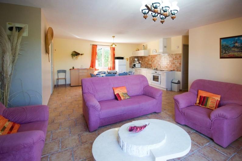 """Location de vacances - Villa à Saint-Martin-d'Ardèche - salon/cuisine côté """"Village"""""""