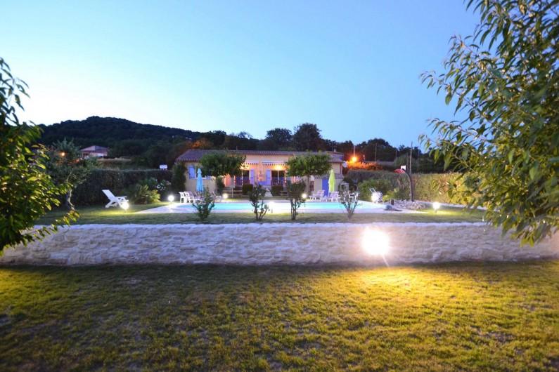 Location de vacances - Villa à Saint-Martin-d'Ardèche - en soirée, vue depuis le verger
