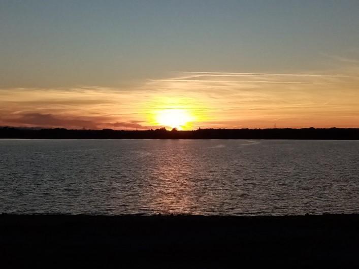 Location de vacances - Villa à Homps - Coucher de soleil sur le lac