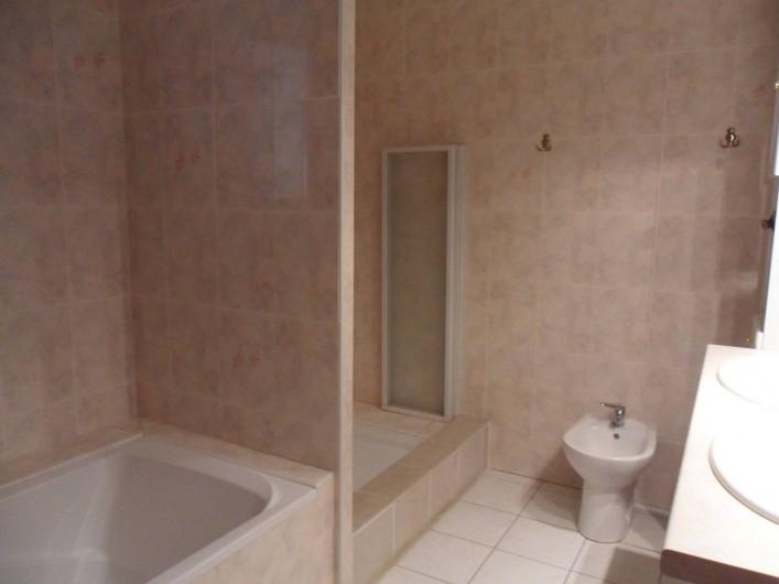 Location de vacances - Villa à Saint-Laurent-d'Aigouze - salle de bains du rez de chaussée, baignoire, douche, bidet, 2 vasques