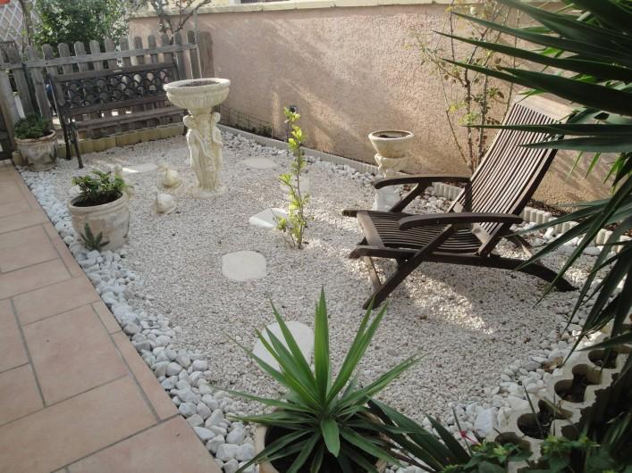 Location de vacances - Villa à Saint-Laurent-d'Aigouze - jardinet devant la villa