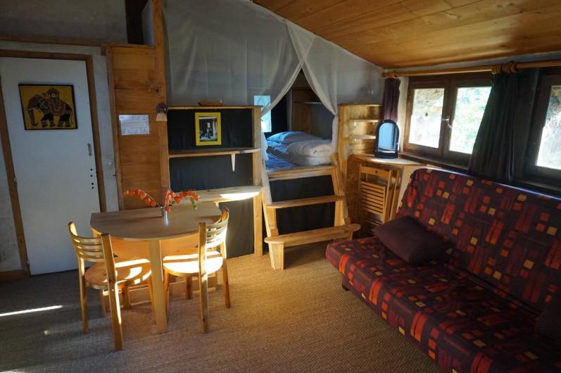 Location de vacances - Camping à Saint-Julien-du-Gua - L'intérieur du gîte « jardin »