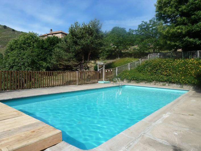 Location de vacances - Camping à Saint-Julien-du-Gua - La piscine et les terrasses qui l'entourent