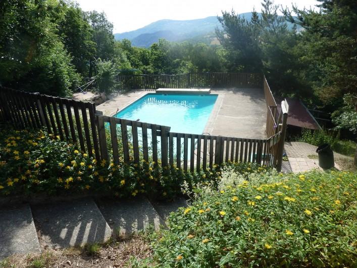 Location de vacances - Camping à Saint-Julien-du-Gua - Vue sur les montagnes depuis la piscine