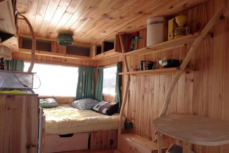 Location de vacances - Camping à Saint-Julien-du-Gua - L'intérieur de la caravane « trois places »