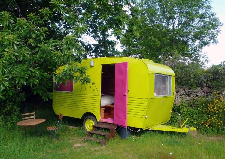 Location de vacances - Camping à Saint-Julien-du-Gua - La caravane « deux places » dans son écrin de verdure