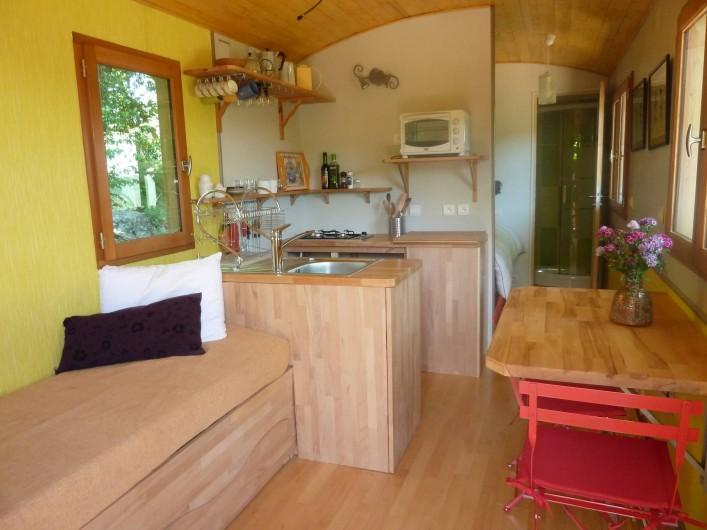 Location de vacances - Camping à Saint-Julien-du-Gua - L'intérieur de la roulotte