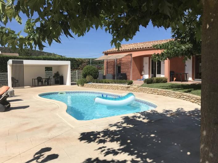 Location de vacances - Villa à Rousson - Vue depuis le petit salon abrité par une tonnelle et sa canisse