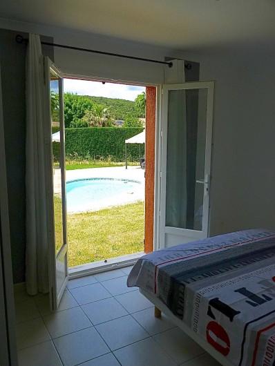 Location de vacances - Villa à Rousson - La chambre d'amis avec lit double de 160 cm...et sa vue vers la piscine !