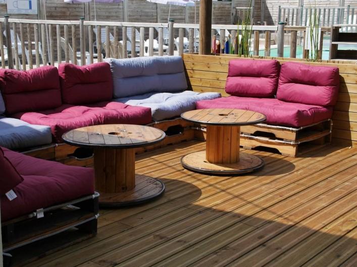 Location de vacances - Camping à Surgères - Terrasse du snack bar qui appelle à la détente