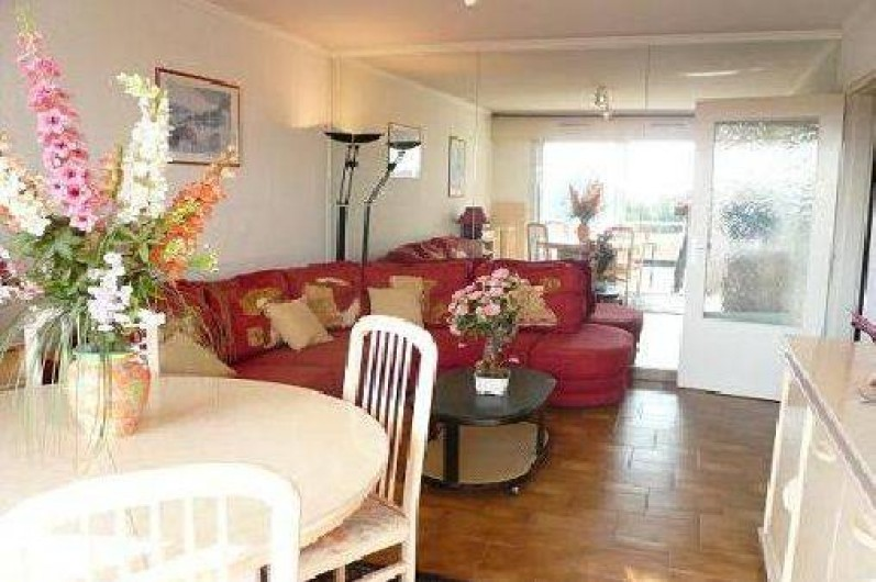 Location de vacances - Appartement à La Ciotat - Séjour, avec table sam, et salon canapé lit,terrasse
