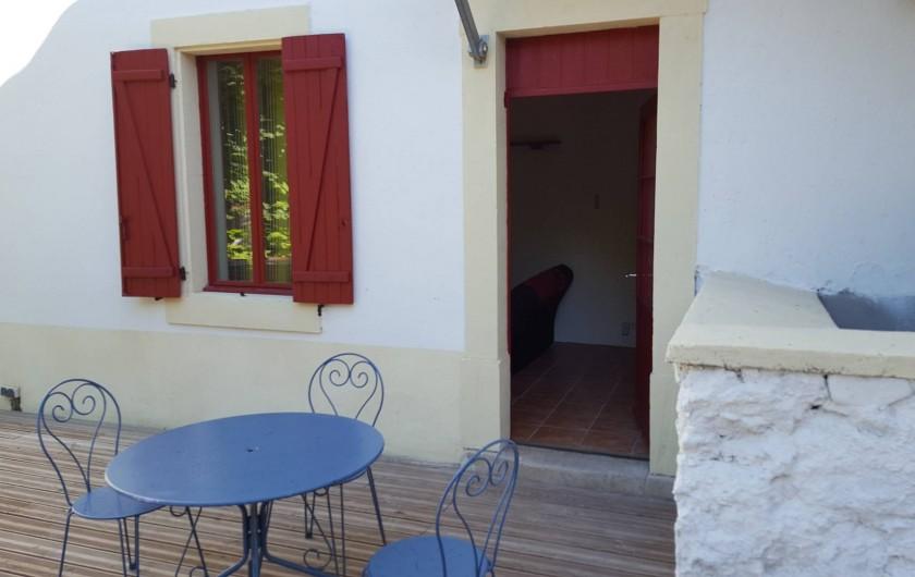 Location de vacances - Appartement à Pomas - Entrée de derrière directement accès a la terrasse et au jardin