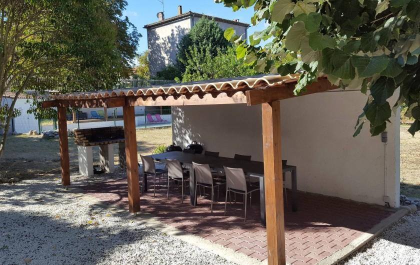 Location de vacances - Appartement à Pomas - abri pour manger et barbecue