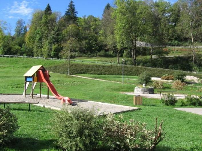 Location de vacances - Chalet à Lescheraines - aire de jeux à 50m