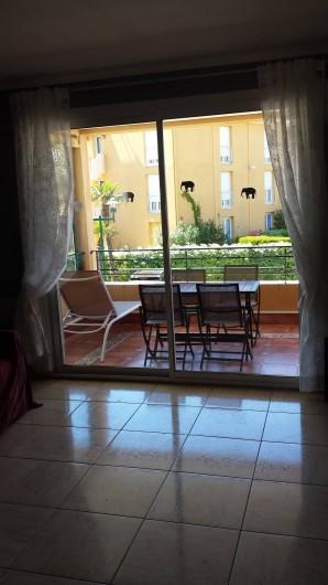 Location de vacances - Appartement à Valras-Plage - terrasse côté séjour salon de jardin transats