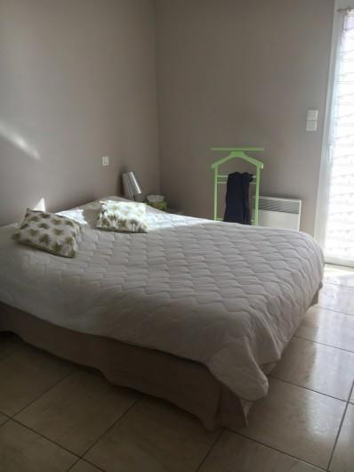 Location de vacances - Appartement à Valras-Plage - Chambre lit 140  donnant sur terrasse arrière