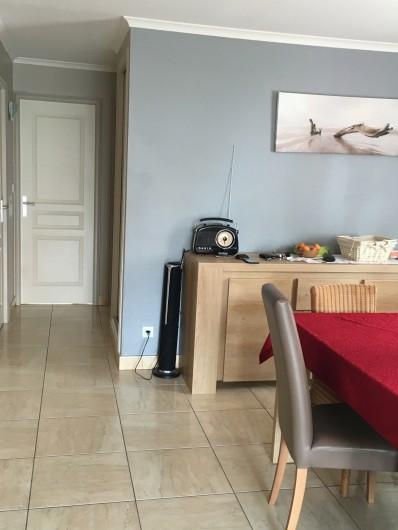 Location de vacances - Appartement à Valras-Plage - vue salon porte fond chambre