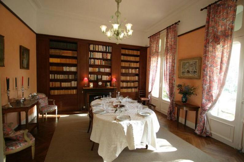 Location de vacances - Maison - Villa à Bessan - The dinning room and his bookcase