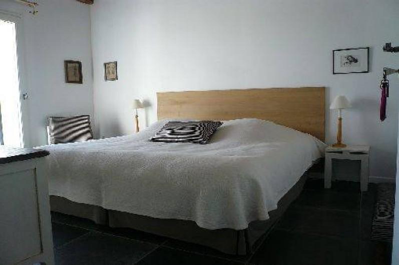 Location de vacances - Gîte à Lucq-de-Béarn - Chambre avec lit de 180 et vue sur la piscine et les Pyrénées