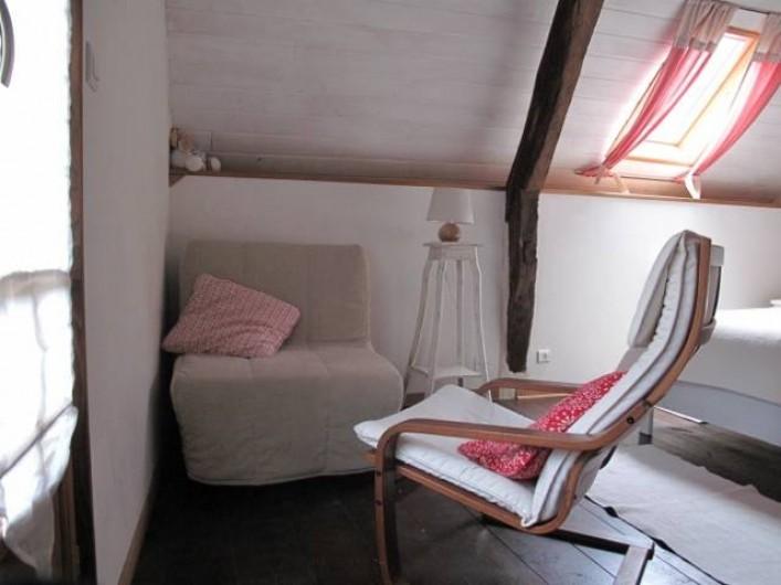 Location de vacances - Gîte à Bagnères-de-Bigorre - A l'étage - Chambre - lit d'appoint et coin lecture