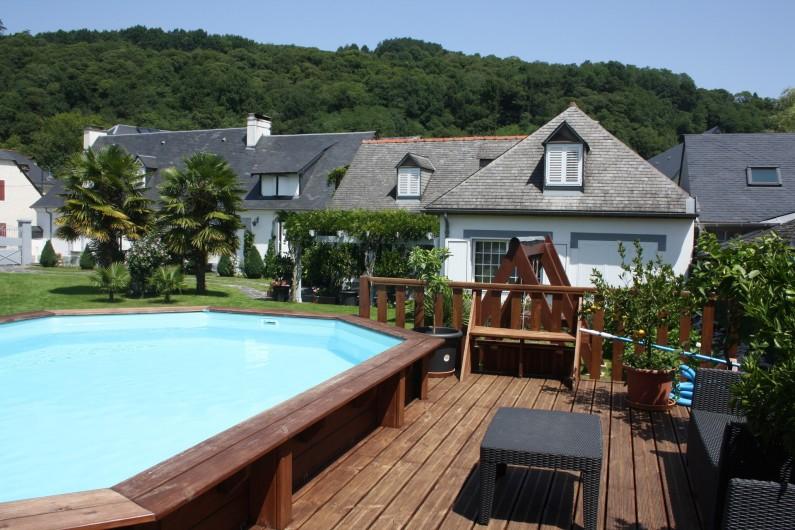 Location de vacances - Gîte à Lourdes - vue de la piscine avec la terrasse