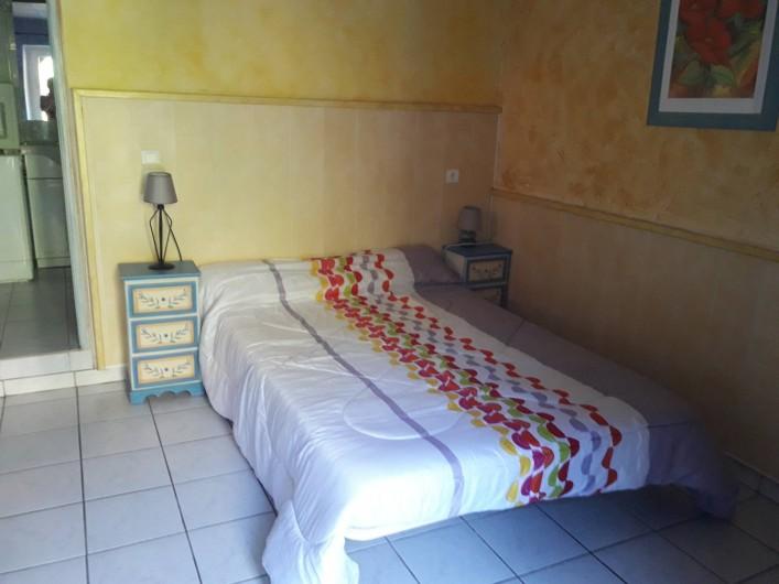 Location de vacances - Gîte à Sainte-Énimie - chambre avec 1 grand lit 1 petit lit