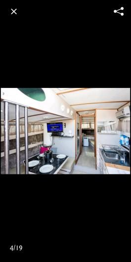 Location de vacances - Bateau à Le Cap d'Agde - Coin cuisine + salon
