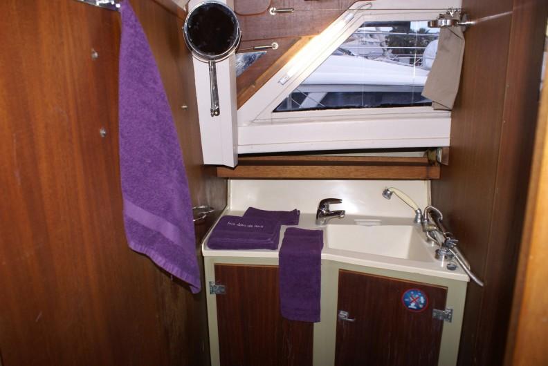 Location de vacances - Bateau à Le Cap d'Agde - La salle d'eau et WC