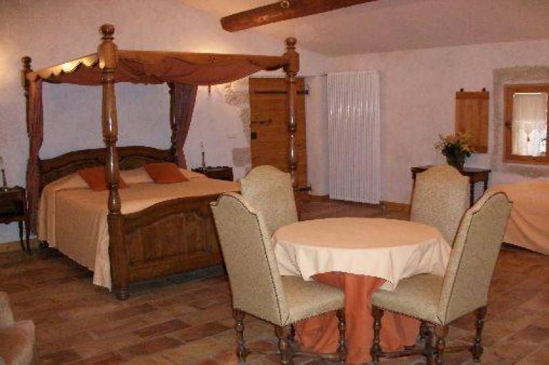 Location de vacances - Chambre d'hôtes à Fabrègues - Belle et grande chambre qui dispose d'un lit à baldaquin en 160x200.