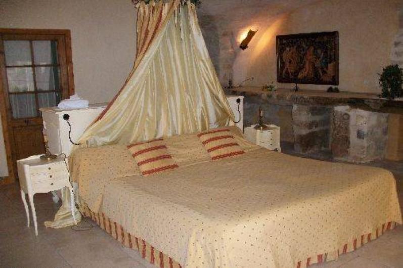 Location de vacances - Chambre d'hôtes à Fabrègues - En rez-de-Chaussée, une chambre bien fraiche en été avec un lit en 180x200.