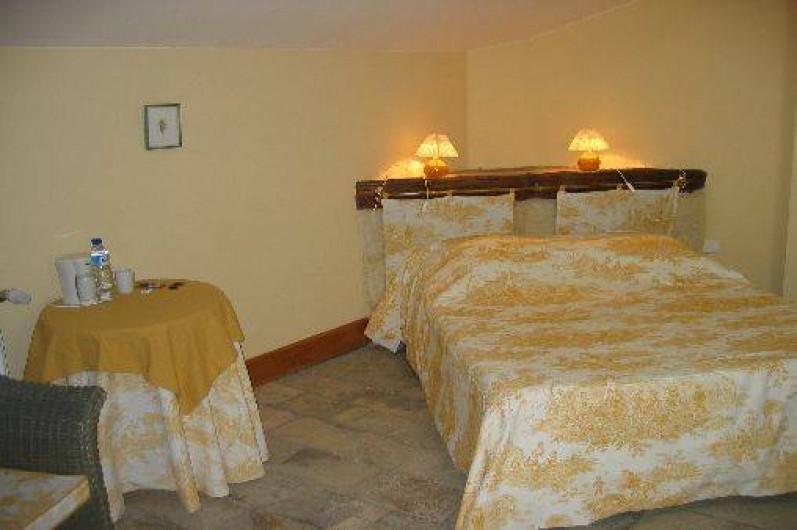 Location de vacances - Chambre d'hôtes à Fabrègues - Au 2ème étage, retrouvez de l'intimité avec cette chambre (lit de 140x200).