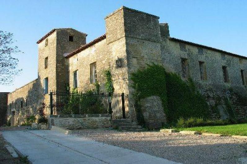 Location de vacances - Chambre d'hôtes à Fabrègues - Entrée principale de la Commanderie, parking privatif clos.