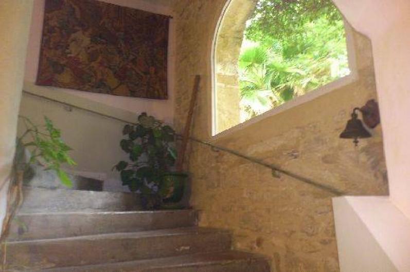 Location de vacances - Chambre d'hôtes à Fabrègues - Un escalier en pierre médiéval pour accéder au 2ème étage.