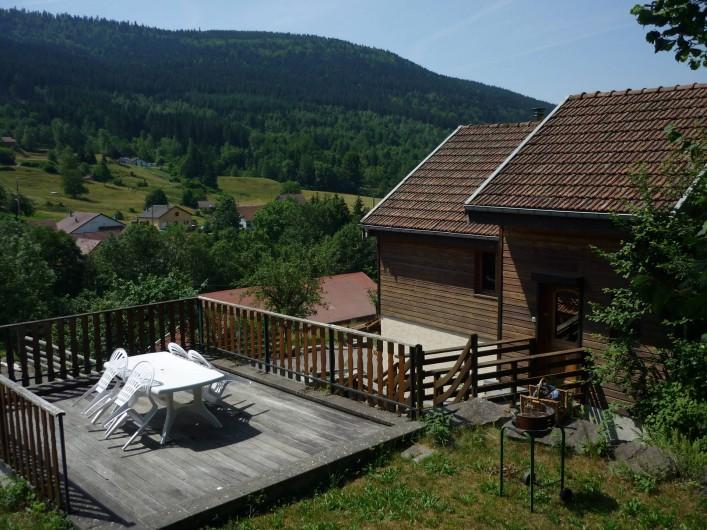 Location de vacances - Chalet à Cornimont - le chalet et sa terrasse privative avec coin jardin