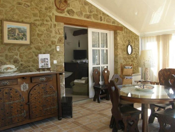 Location de vacances - Gîte à Meyras - de la terrasse coup d'oeil dans la véranda et sur le petit salon