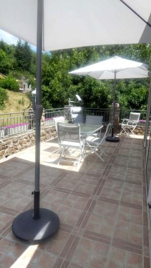 Location de vacances - Gîte à Meyras - vue sur une partie de la terrasse quand on est dans la véranda