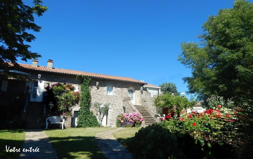 Location de vacances - Gîte à Meyras - Votre entrée sur partie à droite de la maison