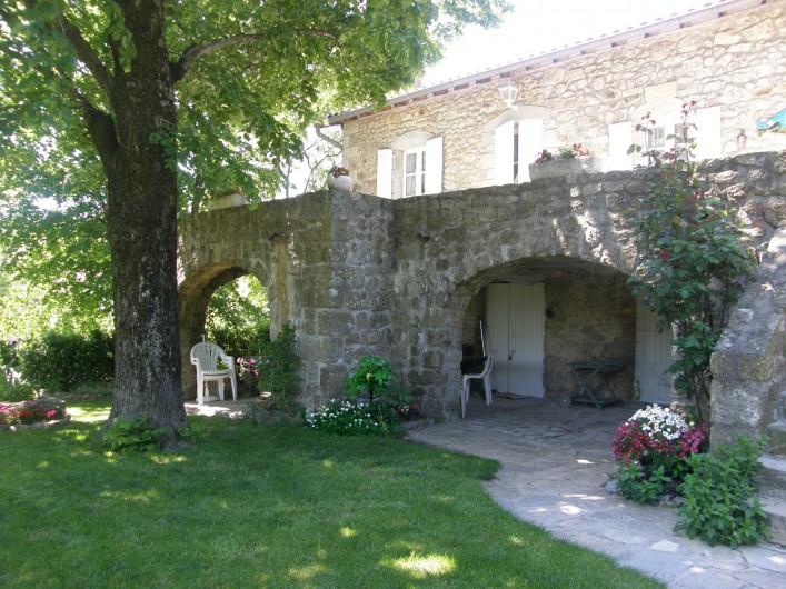 Location de vacances - Gîte à Meyras - vous trouverez  la fraîcheur sous la terrasse  et sous le grand tilleul