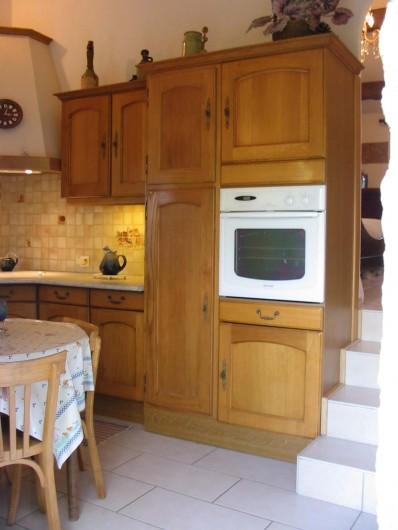 Location de vacances - Gîte à Meyras - Four traditionnel dans placard,  au-dessus un four micro-ondes