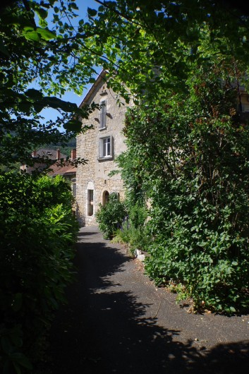 Location de vacances - Gîte à La Cresse - La maison côté sud et l'entrée du gîte