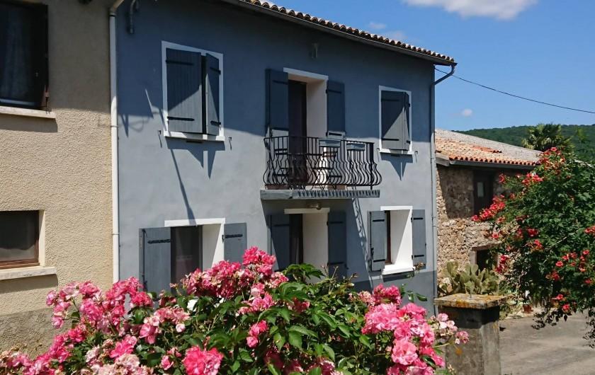 Location de vacances - Gîte à Puivert - Façade (Gîte Jardin en bas et Balcon en haut)