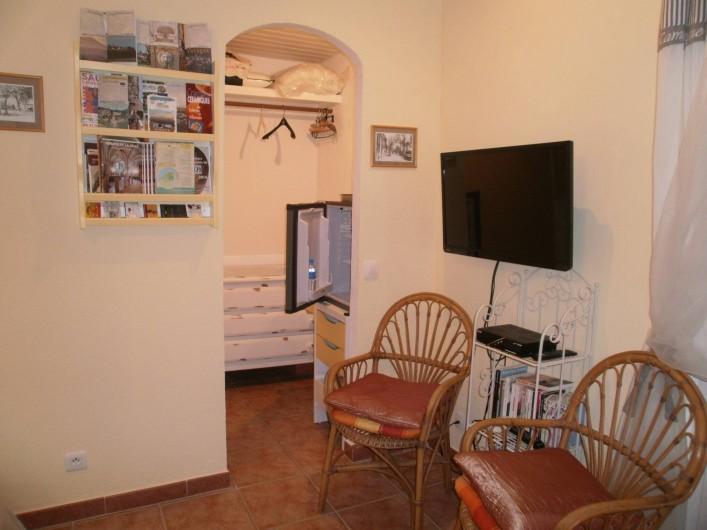 Location de vacances - Chambre d'hôtes à Carcès - Dressing avec commode, petit réfrigérateur, téléviseur