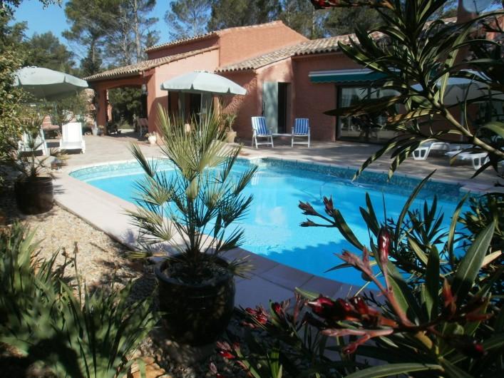 Location de vacances - Chambre d'hôtes à Carcès - La piscine et l'arrière de la maison