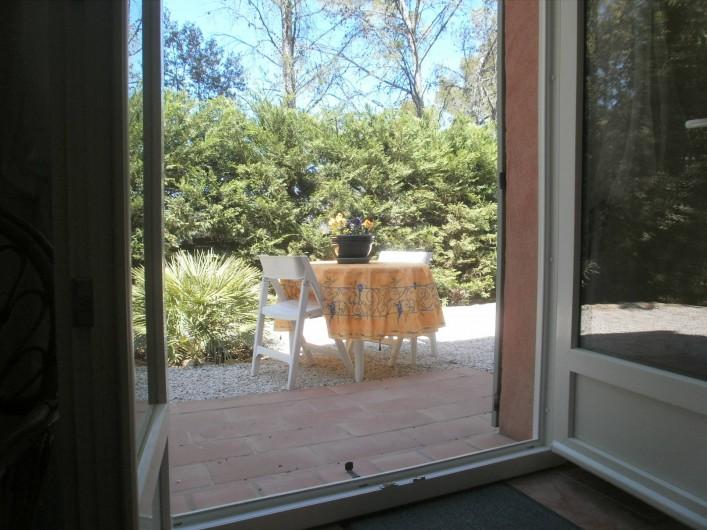 Location de vacances - Chambre d'hôtes à Carcès - La terrasse vue de l'intérieur de la chambre