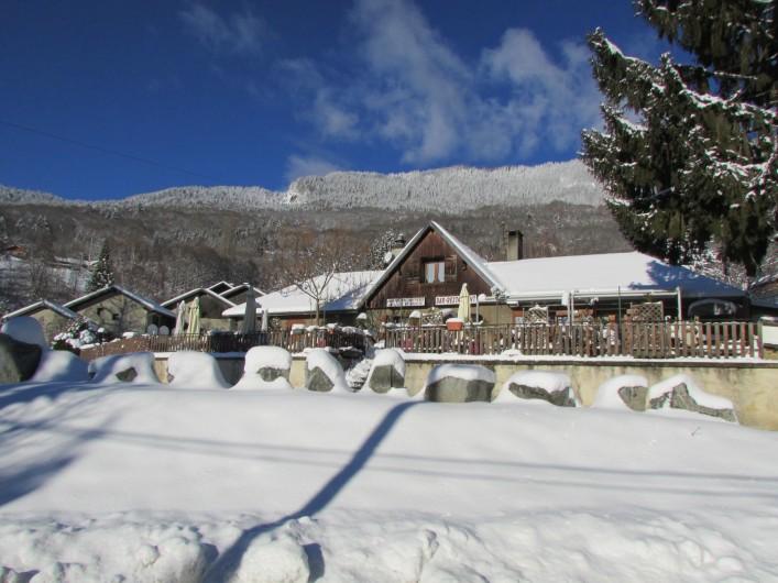 Location de vacances - Chalet à Saint-Georges-d'Hurtières - L'Auberge des Hurtières (à 30 m. du gîte) sous la neige